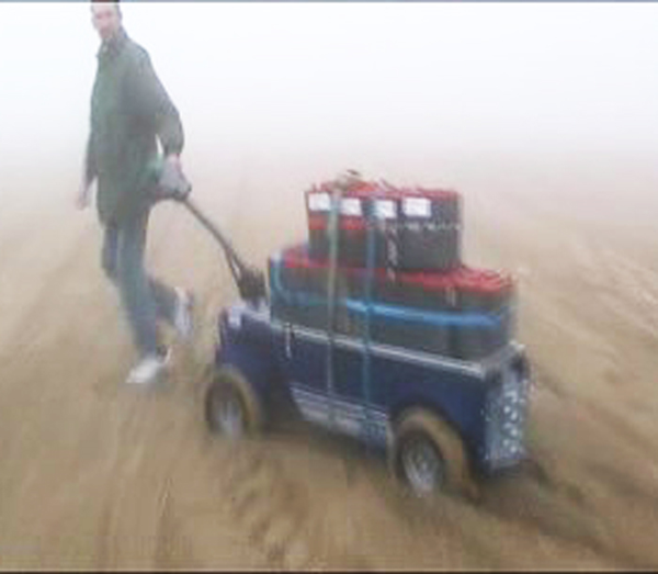 R4 4x4 electric trolley to transport heavy goods on the beaches