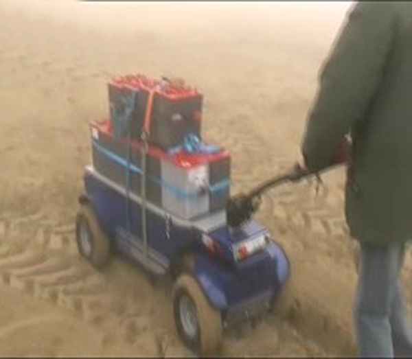 Zallys R4 4x4 electric trolley to transport heavy goods on the beaches